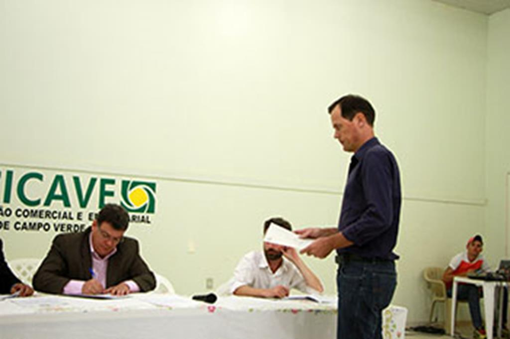 Prefeito Fábio entrega documento ao subsecretário de Transportes e Pavimentação Urbana, José Márcio Guedes