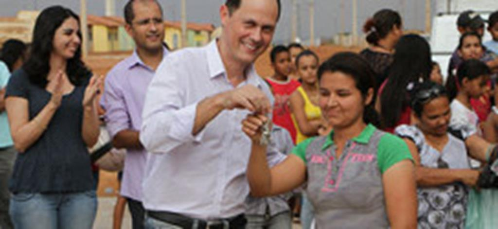 Prefeitura, CEF e Amazon entregam casas do Residencial Santa Rosa