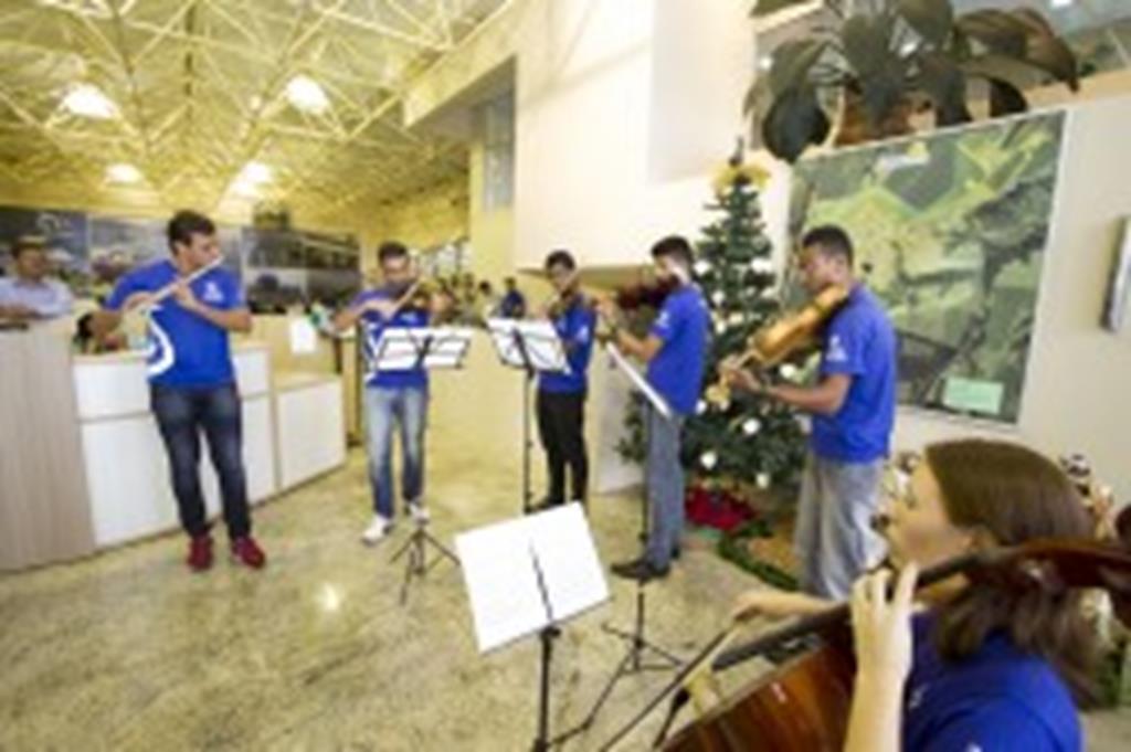 Músicos do Projeto Ciranda se apresentam no Paço Municipal Prefeito Onescimo Prati