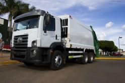 Administração Municipal entrega caminhão coletor à Secretaria de Obras e Viação